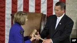 Η απερχόμενη Πρόεδρος της Βουλής, Νάνσι Πελόσι, παραδίδει τη σκυτάλη στον αντικαταστάτη της, Τζον Μπέινερ.