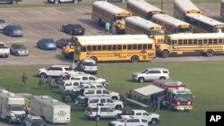 Esta imagen tomada de un video policial, oficiales responden al tiroteo en escuela secundaria cerca de Houston, Texas.
