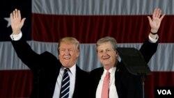Tổng thống đắc cử Donald Trump và ông John Kennedy (phải).
