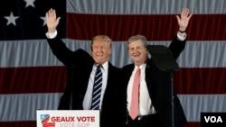 川普(左)與甘迺迪(右)一同出現在競選活動中