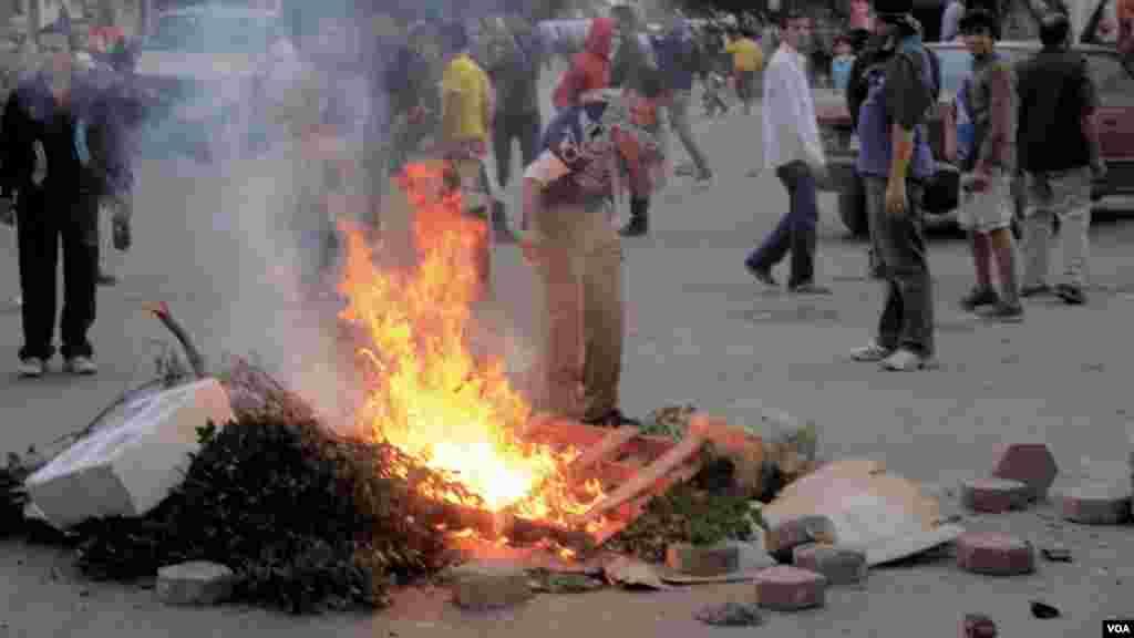 Protesters set fire to debris in Cairo, Dec. 6, 2013. (Hamada Elrasam for VOA)