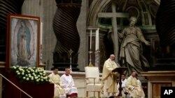 El papa Francisco celebra misa en honor de la Virgen de Guadalupe en el Vaticano.
