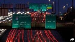 امریکہ میں سالانہ تعطیلات کے آغاز کے ساتھ ہی ہائی ویز، ہوائی اڈوں اور بسوں اور ٹرینوں کے اسٹیشنز پر بے تحاشا رش شروع ہوجاتا ہے۔