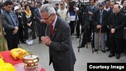 Dân biểu Alan Lowenthal là người đã bảo trợ và vận động cho tự do của nhà bất đồng chính kiến Nguyễn Tiến Trung năm 2013.