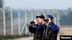 Policija patrolira na granici izmedju Mađarske i Srbije 2. oktobar, 2016.