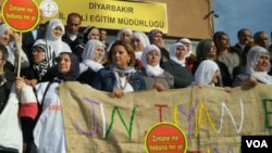 Jinên Kurd li Dîyarbekirê Roja Zimanê Dayikê pîroz dikin