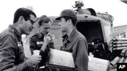 Từ trái: Phóng viên David Halberstam của tờ New York Times, Malcolm Brown (Associated Press) và Neil Sheehan (UPI) trò chuyện bên cạnh một máy bay trực thăng tại Việt Nam. (hình chụp trong những năm 1960).