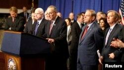 El Grupo de los Ocho durante una conferencia de prensa en el Capitolio. Al menos dos de ellos opinan que los atentados de Boston deberían agilizar la reforma migratoria.