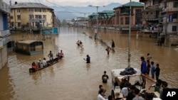 بھارت کے زیر انتظام کشمیر میں سیلاب سے متاثرہ افراد کو نکالا جا رہا ہے۔ فائل فوٹو