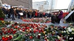 Người dân đặt hoa và nến tưởng nhớ nạn nhân vụ tấn công chợ Giáng Sinh Berlin, Đức.