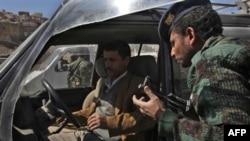 Binh sĩ Yemen tại một chốt kiểm soát ở Sanaa