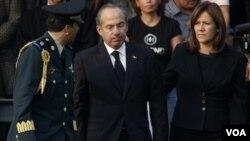 Presiden Meksiko, Felipe Calderon (tengah). Saudara Presiden Calderon, Luisa, mengalami kekalahan tipis dalam pemilu gubernur.