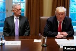 도널드 트럼프 미국 대통령 지난해 10월 백악관에서 군 고위 지휘관들과 만남을 가졌다. 왼쪽은 짐 매티스 국방장관.