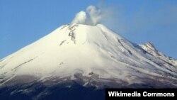 El Popocatépetl es un volcán activo localizado en el centro de México, en los límites territoriales de los estados de Morelos, Puebla y México.