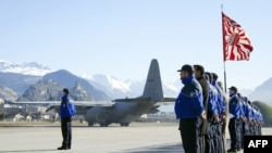 Švajcarska policija na aerodromu u Sionu pred poletanje belgijskog vojnog teretnog aviona, kojim su tela 28 žrtava prebačena nazad u Belgiju