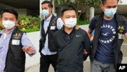 2021年6月17日,香港《蘋果日報》總編輯羅偉光(右二)遭警方逮捕,該報另有四名高管也於同日被捕。
