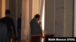 Rada deputatlari namoyishni kuzatayapti.