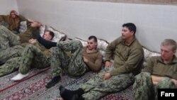 عکسی که رسانه های ایران از تفنگداران دریایی بازداشت شده آمریکا توسط سپاه در خلیج فارس منتشر کردند.
