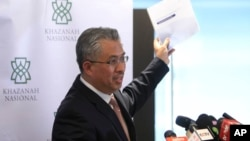 Khazanah Nasional managing director Azman Mokthar announces Malaysia Airlines reforms in Kuala Lumpur, Aug. 29, 2014.