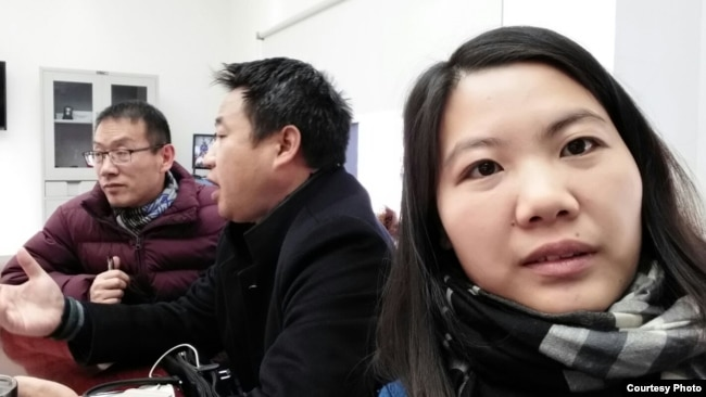余文生的妻子许艳(右)