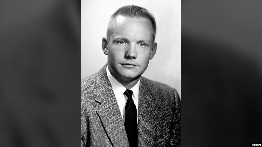 Нил Армстронг родился 5 августа 1930 года в небольшом городке в штате Огайо. Его родители – Виола Энгель и Стивен Армстронг, который работал аудитором на правительство штата.  На этом снимке Армстронгу 28 лет. К этому моменту он успел побывать бойскаутом, поступить в Массачусетский технологический институт (правда, от учебы в нем он решил отказаться) и получить степень бакалавра в авиационной технике в Университете Пердью. Этот вуз считается одним из самых престижных учебных заведений для тех, кто хочет связать свою жизнь с авиацией.
