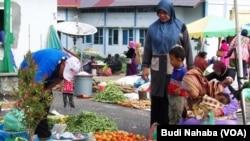 Para perempuan Aceh berbelanja di sebuah pasar (foto: VOA/Budi). Aturan jam malam bagi perempuan di Aceh dinilai telah membatasi ruang gerak perempuan.