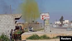 Một đám khói nhuốm màu clo bay lên từ quả bom được kích nổ bởi quân đội Iraq và các chiến binh Shiite, tại thị trấn al-Alam, tỉnh Salahuddin, ngày 10/3/2015.