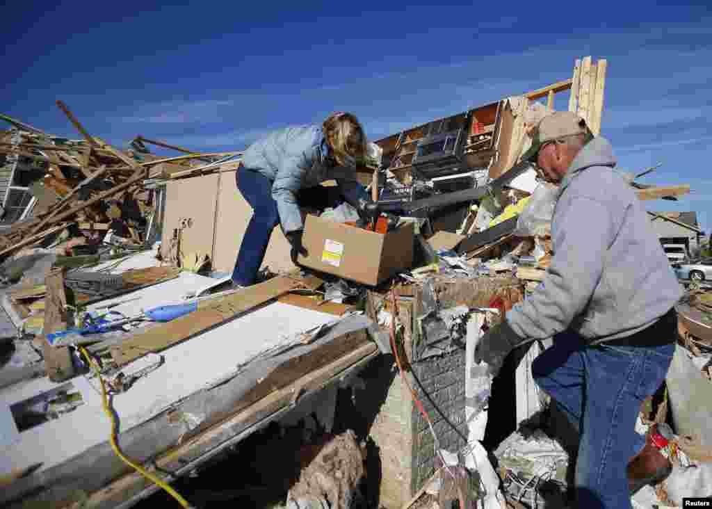 19일 미국 일리노이주 워싱턴 카운티 주민들이 토네이도로 폐허가 된 집터에서 물건을 끄집어내고 있다.