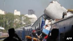 Spasilačke ekipe izvlače putnika iz voza u Buenos Ajresu