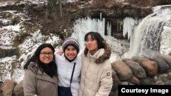 Pambayun Savira (tengah) bersama teman dari Indonesia dan Thailand.