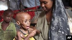 一位索马里女难民与她营养不良的孩子在摩加迪沙的临时住所