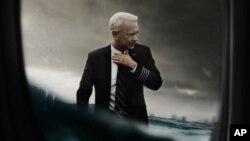 تام هنکس، در نقش خلبان «سالنبرگر» در صحنه های از فیلم «سالی»