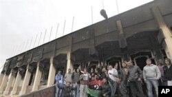 بن غازی میں فوجی اڈے کی حدود میں لیبیا کے رہنما معمر قذافی کے لیے مخصوص عمارت جسے مظاہرین نے احتجاجاً نذر آتش کر دیا تھا۔