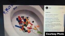 艾未未將樂高積木倒在馬桶中(艾未未Instagram圖片)
