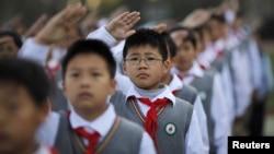 中國上海市小學生參加早上昇旗典禮。