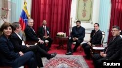 Nicolás Maduro (centro) habla con los cancilleres de Unasur, en abril.