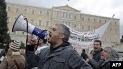 Công chức Hy Lạp xuống đường biểu tình trước trụ sở Quốc hội ở Athens, ngày 15/11/2011