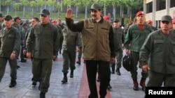 니콜라스 마두로 베네수엘라 대통령(가운데)이 2일 베네수엘라 카라카스의 포르트 티우나 기지에서 열린 군부행사에 참석했따.