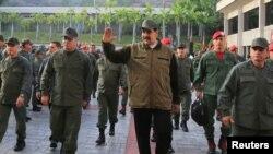 Prezida Nicola Maduro ari kumwe n'abasirikare be mu mihanda ya Caracas, umugwa mukuru