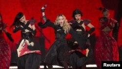 Madonna rindió un sentido homenaje a las víctimas de París.