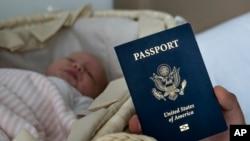 """El gobierno estadounidense anunció el jueves nuevas restricciones de visa para coartar el """"turismo de maternidad"""", en el que mujeres viajan a Estados Unidos a dar a luz a fin de que sus bebés tengan la codiciada ciudadanía estadounidense. Foto archivo AP."""
