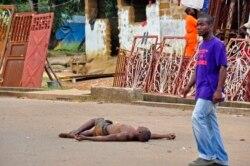 بدن بی جان یک مرد مبتلا به ابولا در وسط خیابان در روستایی در لیبریا - ۲۰۱۴