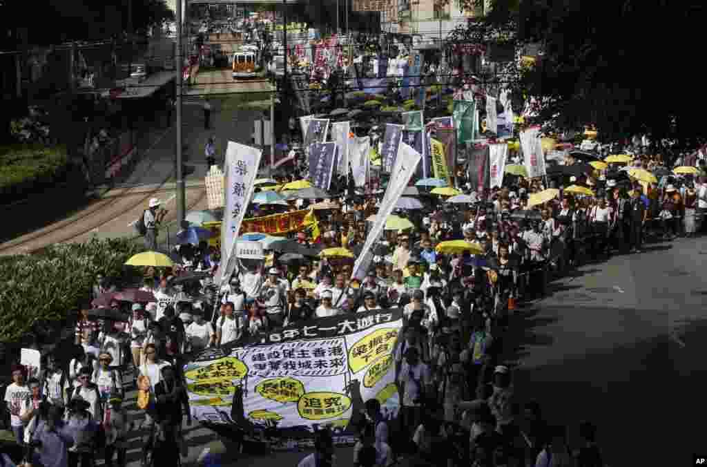 Para demonstran pro-demokrasi berbaris dalam protes tahunan yang menandai penyerahan Hong Kong dari kekuasan Inggris ke kekuasaan China tahun 1997, di Hong Kong (1/7). (AP/Kin Cheung)