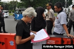 Maria Catarina Sumarsih signs the protesters' weekly letter, July 13, 2017, to the Presidential Palace demanding action on past human rights violations.