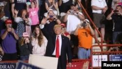 美國總川普在賓夕法尼亞首府哈里斯堡主持一個慶祝他執政100天的集會(2017年4月29日)