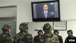 Tentara Korea Selatan mendengarkan pidato Presiden Lee Myung-bak melalui televisi.
