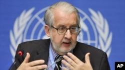 图为委员会主席、巴西法律学者保罗.皮涅罗教授9月30日在记者会上