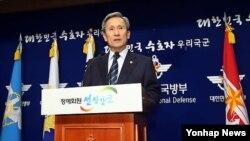 15일 한국 국방부 청사에서 대국민 사과문을 발표하는 김관진 국방장관.
