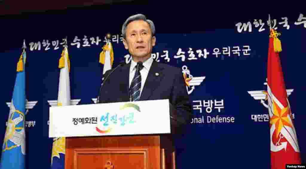 북한 군인들이 아무런 저지 없이 휴전선을 넘어 귀순한 사건이 잇따르면서, 한국에서는 한국군의 경계태세에 대한 질타가 이어졌다. 한국 김관진 국방장관은 15일 국방부 청사에서 대국민 사과문을 발표하고, 관련 고위 장교들에대한 처벌 계획을 밝혔다.