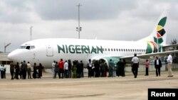 Les journalistes se rassemblent à côté d'un avion nigérian d'Eagle Airlines lors de son lancement dans la capitale commerciale du Nigeria, Lagos, le 18 septembre 2009.